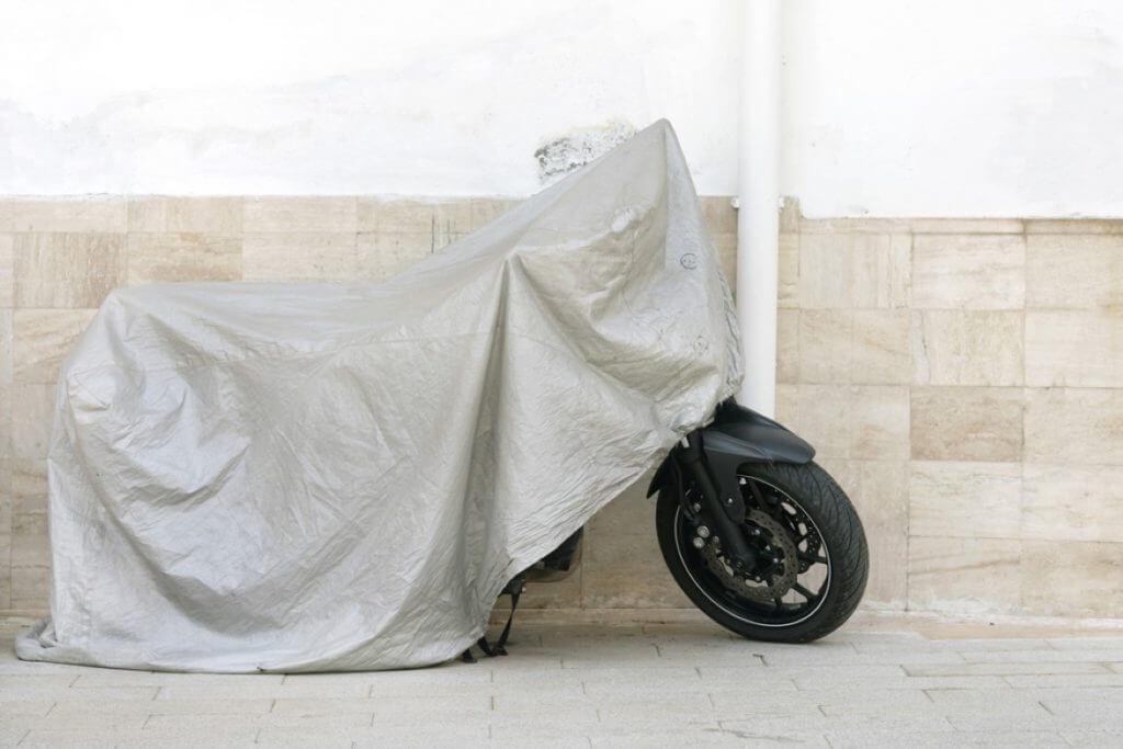 Les astuces pour payer moins cher une assurance moto pour hivernage